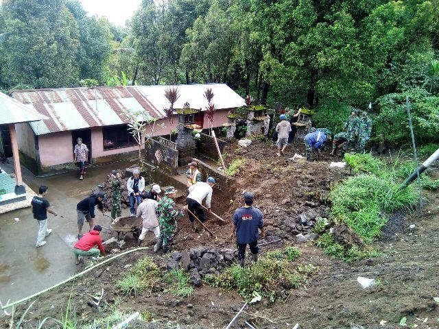 Koramil 1626-04/Kintamani Bersama BPBD bersihkan material longsor