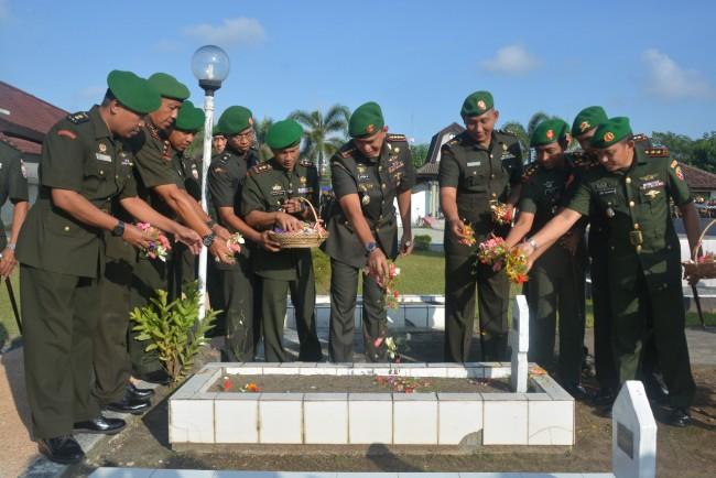 Danrem 162/WB Pimpin Ziarah Rombongan di TMP Majeluk Mataram