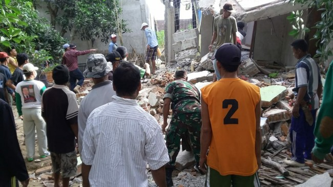 Kodim 1628/Sumbawa Barat Bantu Bersihkan Puing Rumah Akibat Gempa