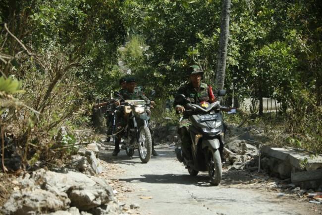 TNI Salurkan Bantuan Korban Gempa ke Titik Sulit Terjangkau Dengan Motor Trail