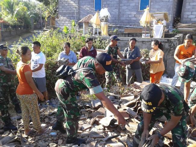 Robohkan Rumah Tidak Layak Huni, Koramil Banjar Gotong Royong Bersama Masyarakat