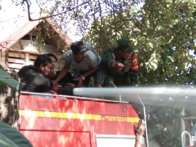 Prajurit Koramil Woha Sigap Bantu Padamkan Kebakaran Rumah Warga
