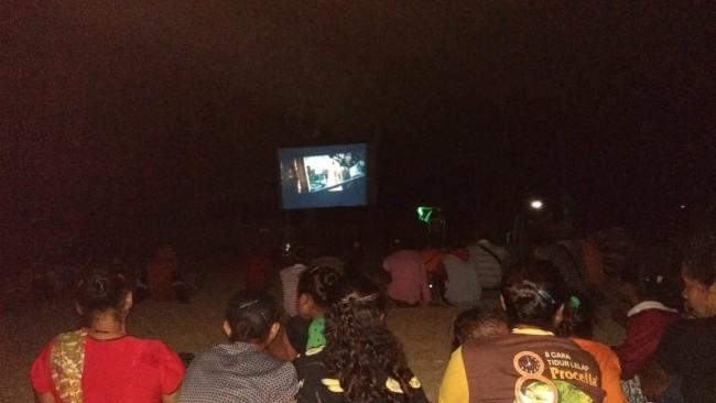 Nonton Bareng Film Perjuangan di Lokasi TMMD 103 Kodim 1621/TTS