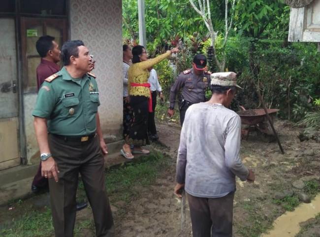 Camat Beserta Danramil dan Kapolsek Penebel Tinjau Lokasi Tanah Longsor