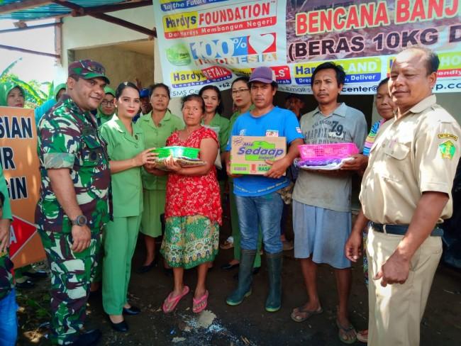 Peduli Korban Banjir, Dandim 1617/Jembrana Dan Ketua Persit Serahkan Bantuan Sembako