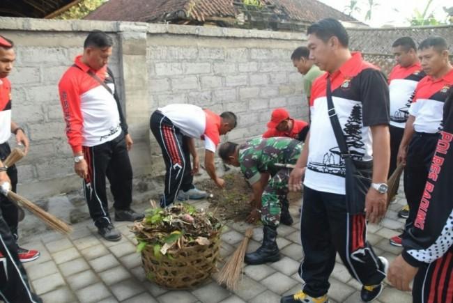 Pererat Silaturahmi dan Kebersamaan, Anggota Polri Kerja Bhakti di Kantor TNI