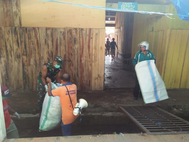 Danramil Lembor Ajak Masyarakat Basmi Nyamuk dan Cegah DBD Melalui Pembersihan Lingkungan