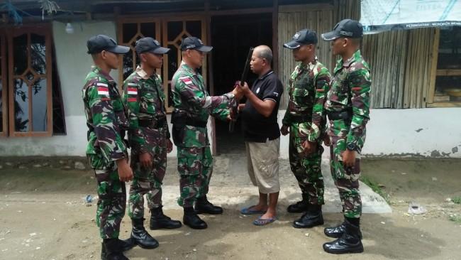 Masyarakat Desa Alas Tengah Serahkan Senjata dan Munisi Tajam ke Pos Motamasin
