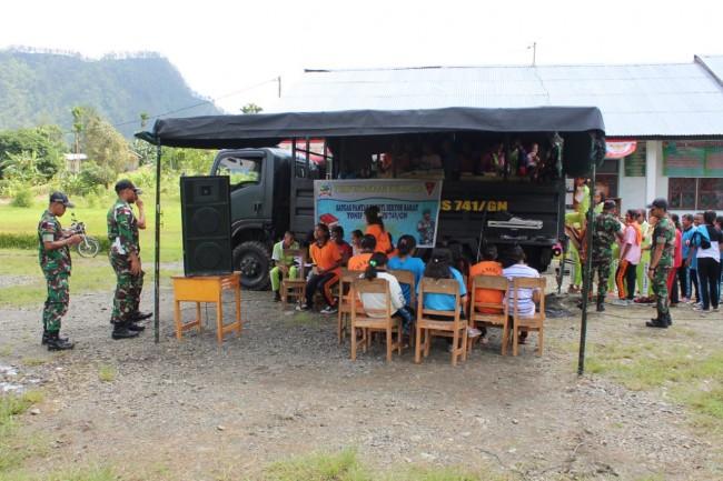 Keren! Truck TNI Dijadikan Perpustakaan Keliling di Tapal Batas