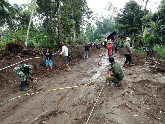 Cuaca Gerimis, TNI dan Masyarakat Tetap Semangat Gotong Royong di Pra TMMD