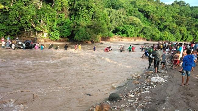 Dramatis! TNI Bersama Masyarakat Evakuasi Mobil Yang Terseret Arus Deras Sungai di Perbatasan