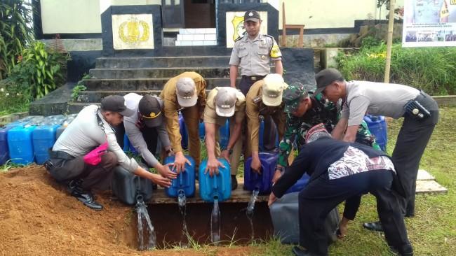 """Sinergitas TNI-Polri Dalam Operasi Cipta Kondisi, 1.750 Liter """"Sopi"""" Dimusnahkan"""