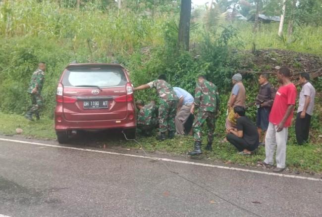 Sigap! Ditengah Perjalanan Mengambil Dukungan BBM, Satgas Pamtas Bantu Evakuasi Kecelakaan