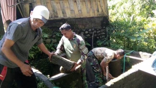 Tingkatkan Taraf Kesehatan, Babinsa Tetap Lanjutkan Bantu Warga Miskin Buat Jamban di Tabanan