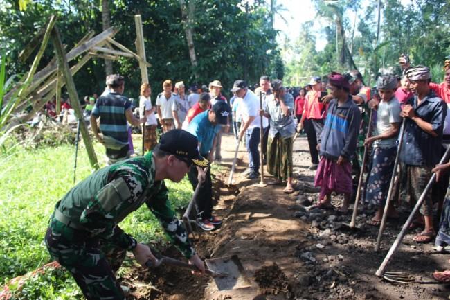 Sukseskan TMMD di Peninjoan, Bupati Bangli Pimpin Karya Bakti Ratakan Jalan