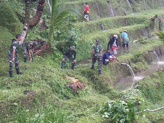 Jelang Hut ke 58 Korem 163/WSA, Kodim Gianyar Bersama Warga Bersihkan Pura Gunung Kawi