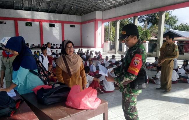 UTS Terganggu Serangan Tawon, Babinsa Pindahkan Siswa ke Balai Desa