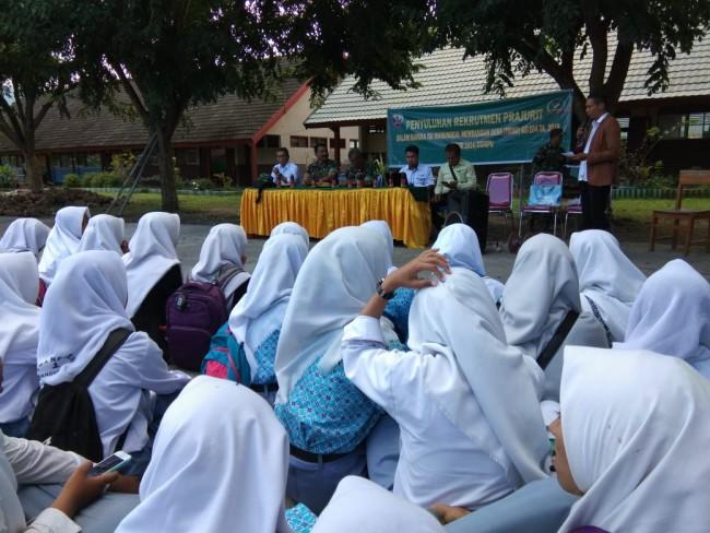 TMMD ke 104 Kodim Dompu Gelar Sosialisasi Rekrutmen Prajurit TNI AD dan Penyuluhan Kesehatan