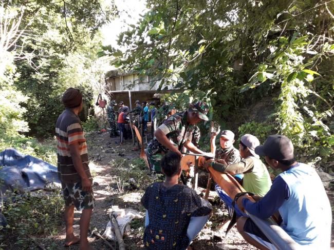 Antisipasi Debit Air Menurun, Kodim 1607/Sumbawa Bantu Petani Pasang Pipa Air