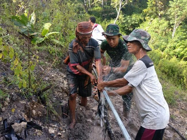 Perbaiki Pipa Air Yang Terdampak Longsor, Inilah Bakti TNI di Puncak Bukit Perbatasan