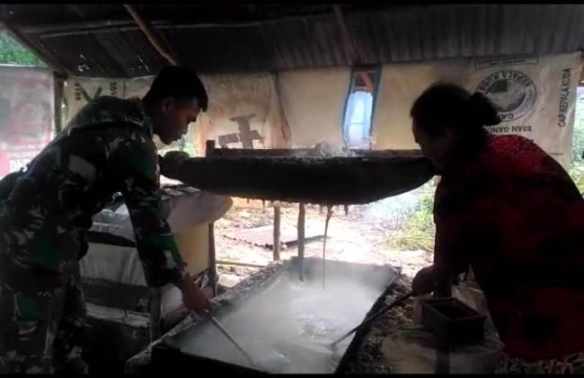 Satgas Yonif Mekanis 741/GN Berikan Ilmu Pengolahan Garam Dapur Kepada Warga Perbatasan