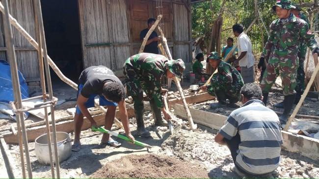 Bahu Membahu Bersama Masyarakat, Satgas Yonif 132/BS Bantu Pembangunan Rumah Warga Desa Nainaban