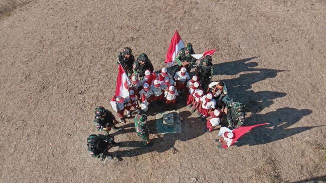 Satgas Yonif Raider 142/KJ Mengenalkan SD Inpres Fohululik Dengan Bentuk Batas Negara