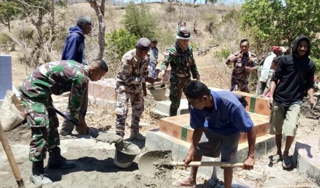 Gandeng Warga Perbatasan dan UPF Timor Leste, Satgas Yonif 132/BS Karya Bakti Perbaiki Makam