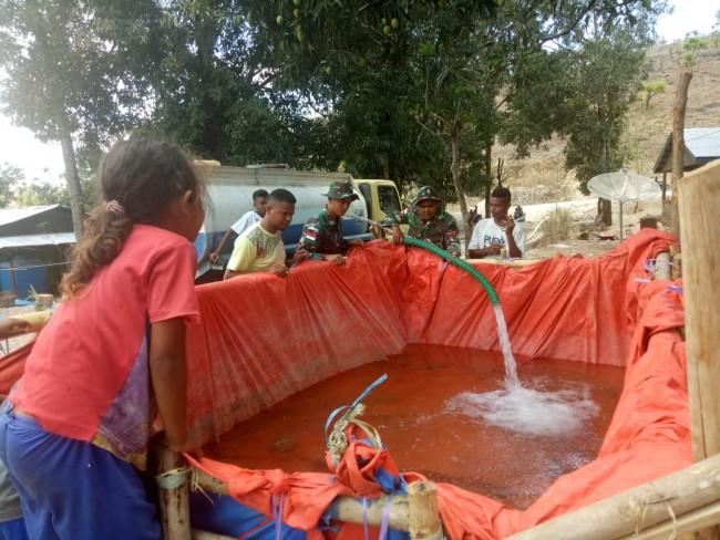 Berikan Air Bersih ke Penampungan Air, Satgas Yonif Raider 142/KJ Ringankan Beban Masyarakat