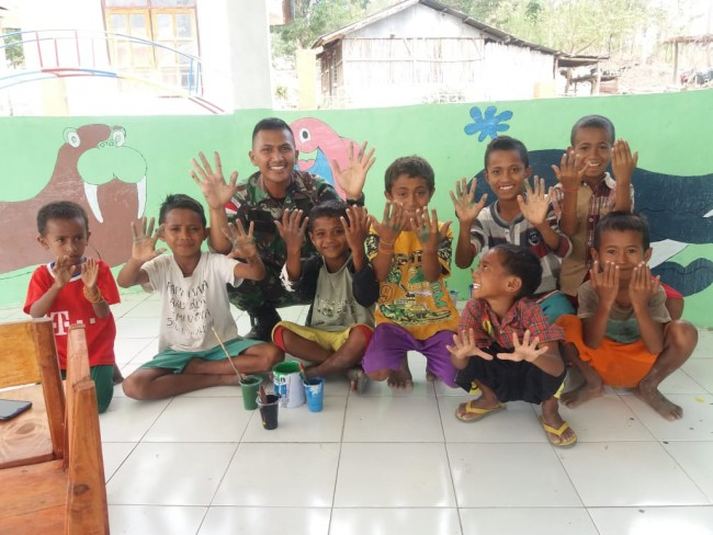 Tumbuhkan Kreatifitas, Satgas Yonif Raider 142/KJ Dekorasi Paud Derok Bersama Anak-Anak