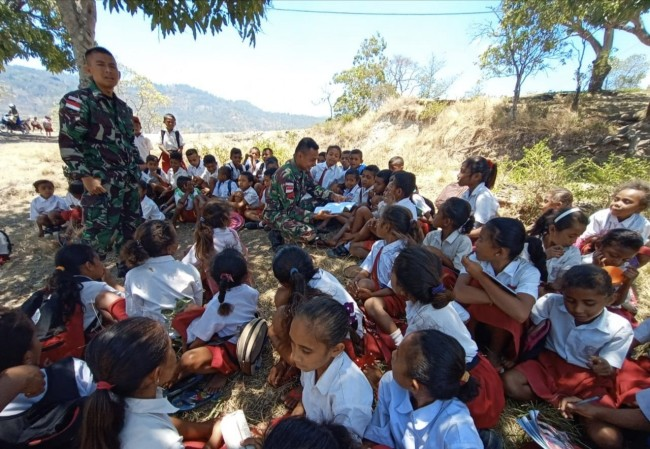 Tumbuhkan Semangat Belajar, Satgas Yonif 132/BS Ajak Anak-Anak Perbatasan Belajar di Luar Kelas