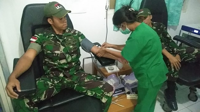 Pengabdian Tanpa Batas, Satgas Yonif 132/BS Donorkan Darah Kepada Warga Yang Melahirkan
