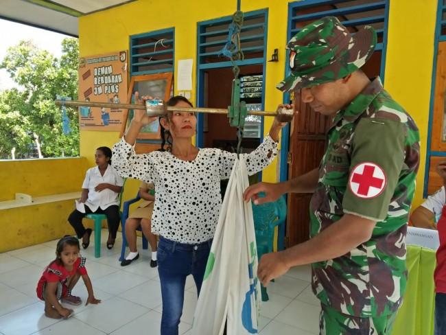 Satgas Yonif Raider 142/KJ Bantu Pelaksanaan Kegiatan Posyandu Anak-Anak Perbatasan