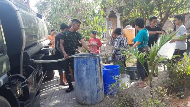 Yonif Mekanis 741/GN Berikan Bantuan Air Bersih Kepada Warga Desa Pengambengan Jembrana