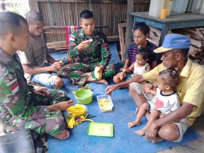 Satgas Yonif R 142/KJ Manfaatkan Buah Mangga Menjadi Manisan Bersama Masyarakat Perbatasan