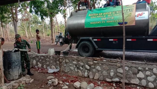 Sulit Mendapatkan Air di Perbatasan, SatgasYonif 132/BS Bagikan Air Gratis Untuk Masyarakat