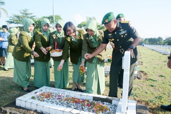 Ziarah Rombongan ke TMP Pancaka Tirta, Ungkapkan Rasa Bakti dan Hormat di Hari Juang TNI AD