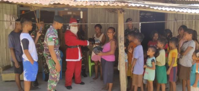 Santa Claus Satgas Yonif R 142/KJ Bagikan Paket Sembako Kepada Warga Tapal Batas