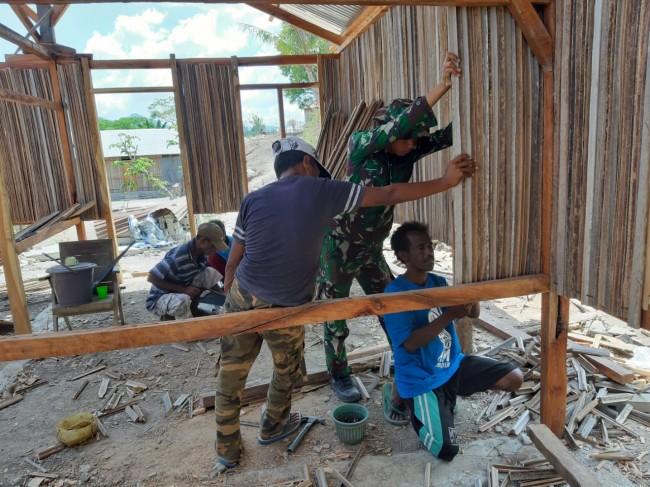 Wujudkan Kemanunggalan Dengan Rakyat, Satgas Yonif R 142/KJ Perbaiki Rumah Warga di Perbatasan