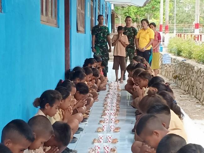 Ciptakan Keakraban, Satgas Yonif Raider 142/KJ Makan 'Extra Fooding' Bersama Anak-Anak Wekmutis