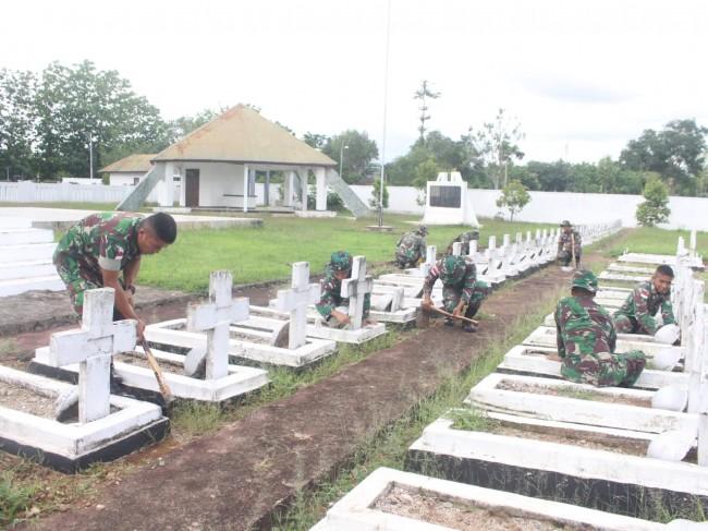 Bersihkan TMP Seroja, Wujud Penghormatan Satgas Yonif Raider 142/KJ Kepada Para Pahlawan