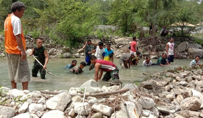 Bangun Tanggul Air Untuk Masyarakat, Satgas Yonif 132/BS Tingkatkan Pangan di Perbatasan