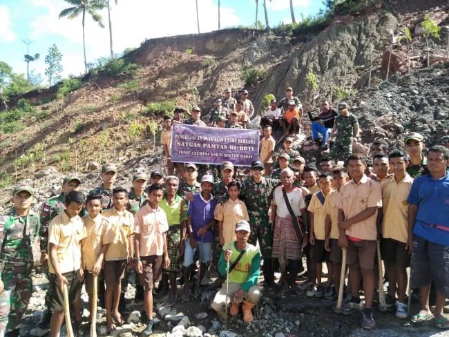 Cegah Bencana Longsor Sejak Dini, Satgas Yonif 132/BS Ajak Masyarakat Perbatasan Tanam Pohon