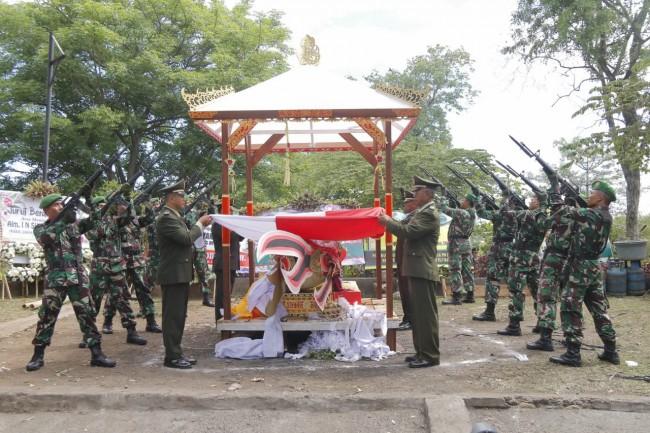 Kasdam IX/Udayana Pimpin Upacara Perabuan Secara Militer Almarhum I Nyoman Suwandha, S.H.