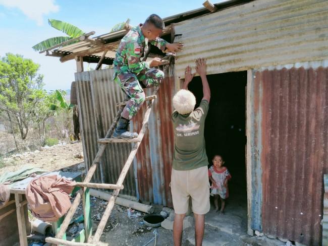 Perbaiki Rumah Kakek Tua Yang Rusak, Wujud Perhatian TNI Terhadap Kondisi Warga Perbatasan