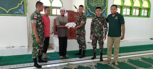 Dukung Fasilitas Keagamaan, Satgas Yonif R 142/KJ Berikan Buku Surat Yasin Kepada Masjid Al-Huda