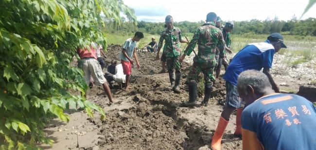 Bangun Irigasi di Maumutin, Satgas Yonif R 142/KJ Bersama Masyarakat Sukseskan Ketahanan Pangan