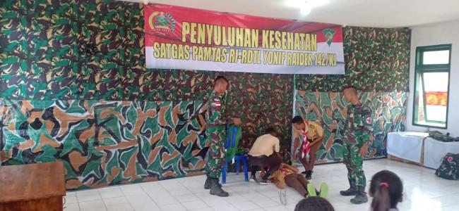 Satgas Yonif Raider 142/KJ Berikan Pembekalan P3K Untuk Anak Pramuka di Tapal Batas