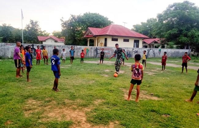 Kembangkan Bakat Anak-Anak Perbatasan, Satgas Yonif 132/BS Berikan Pelatihan Sepak Bola