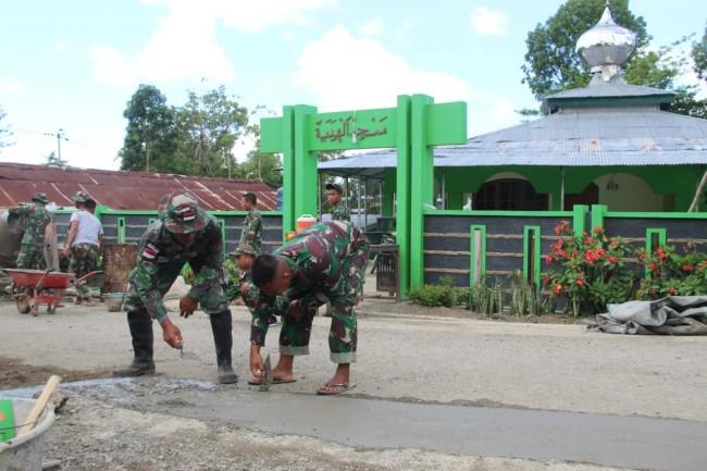 Jalin Silaturahmi, Satgas Yonif 132/BS Bangun Lahan Parkir di Masjid Perbatasan